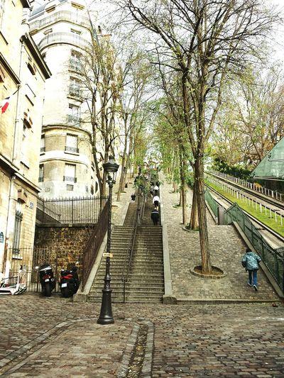 Che a Montmartre c'ho lasciato il cuore💞Paris Paris, France  Parisjetaime Montmartre Montmartre, Paris A Walk In Montmartre Streetphotography Streetsofparis Traveling