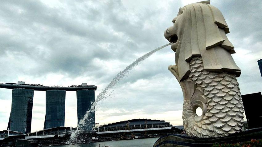 Statue Marina Bay Sands Singapore Icon Design Sky View EyeEmNewHere EyeEm Explorer Water Sculpture Sky Close-up Cloud - Sky Architecture