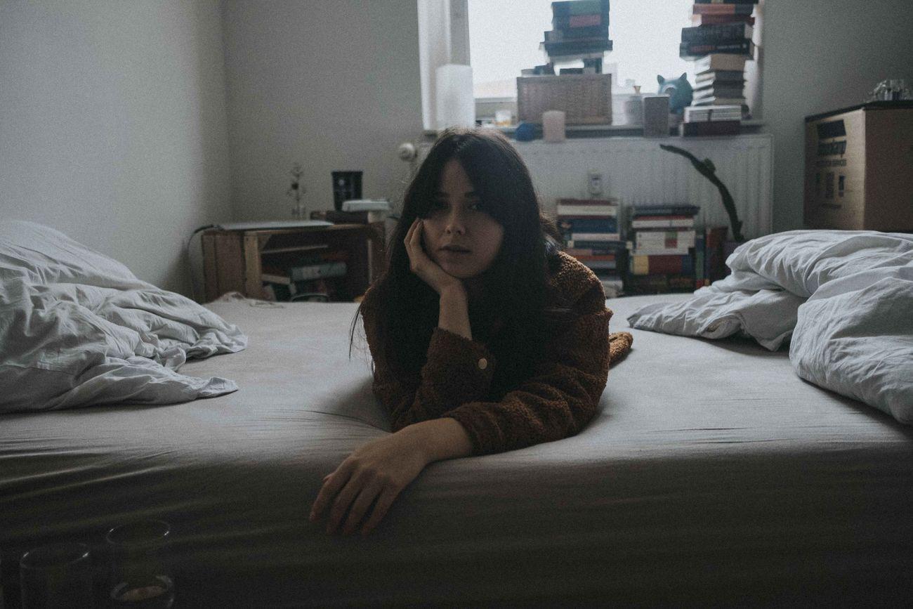 кровать, спальня, один человек, в помещении, настоящие люди