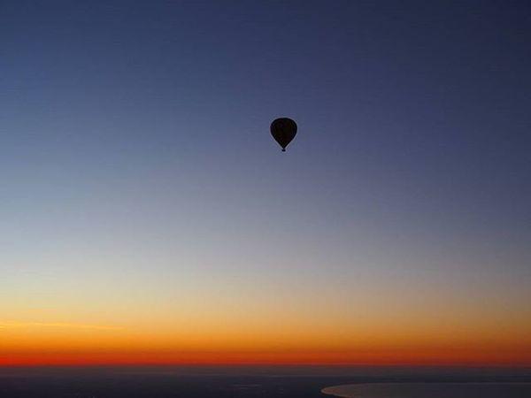Flying above Melbourne at 6am in total silence is something I will never forget. ------------------------------------------------------- Melbourne Melbournefl Travelmelbourne Australiasunrise Australia Travelaustralia Explore Exploreaustralia Exploreoz Hotairballoon Balloon Sunrise Sunrise_sunsets_aroundworld Sunrises Sunrise_and_sunsets Dawn Dramaticsky Flying Early Travel Travelgram Mytravelgram Wanderlust Instatravel Curve takemeback olympus ilovemelbourne curvatureoftheearth