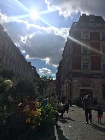 파란 하늘에서 강렬하게 내리쬐는 햇살 Sunlight Covent Garden