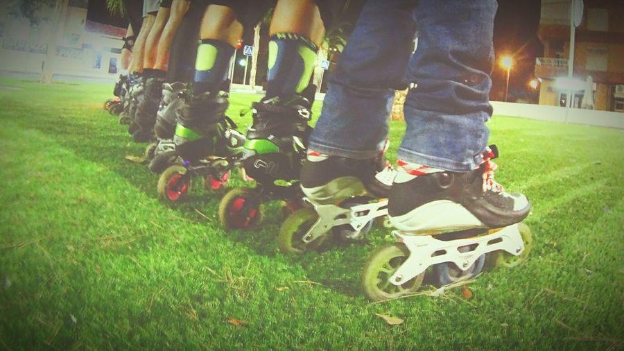 Patinadores vistos desde atras Alicante Alifornia Rollerskates Outdoors Rolling