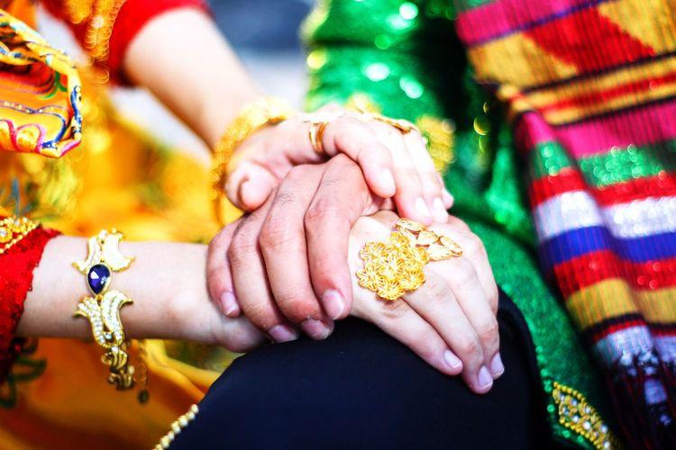 Hands of in love 💗 Happiness Hands Red Green Muslim Islam Muslim Wedding Human Hand Bride Young Women Women Bangle Beauty Cultures Close-up Groom Wedding Jewelry Ring Newlywed Wedding Dress Bridegroom