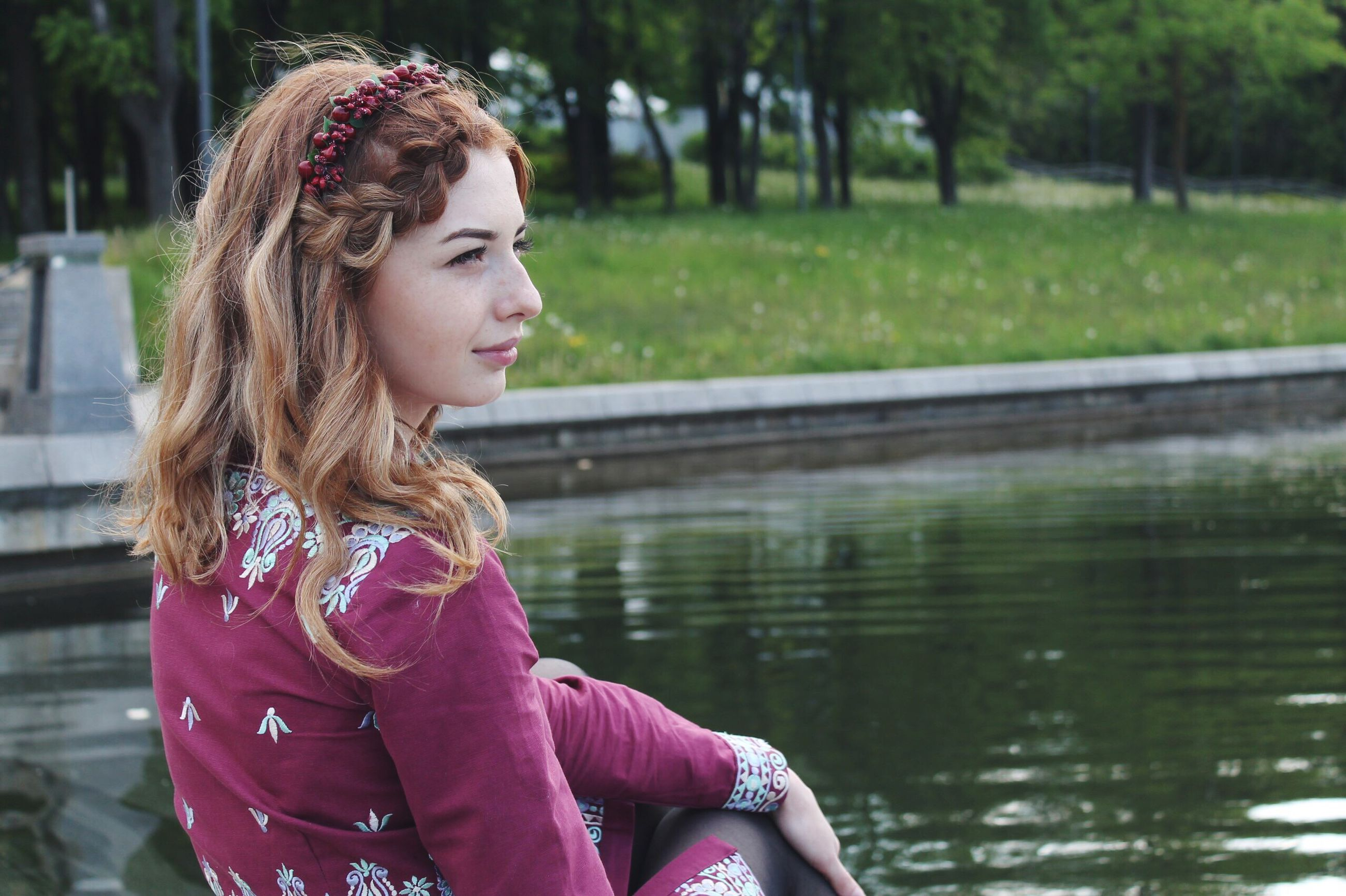 person, lifestyles, focus on foreground, young adult, leisure activity, casual clothing, water, smiling, young women, portrait, looking at camera, blond hair, long hair, happiness, waist up, headshot