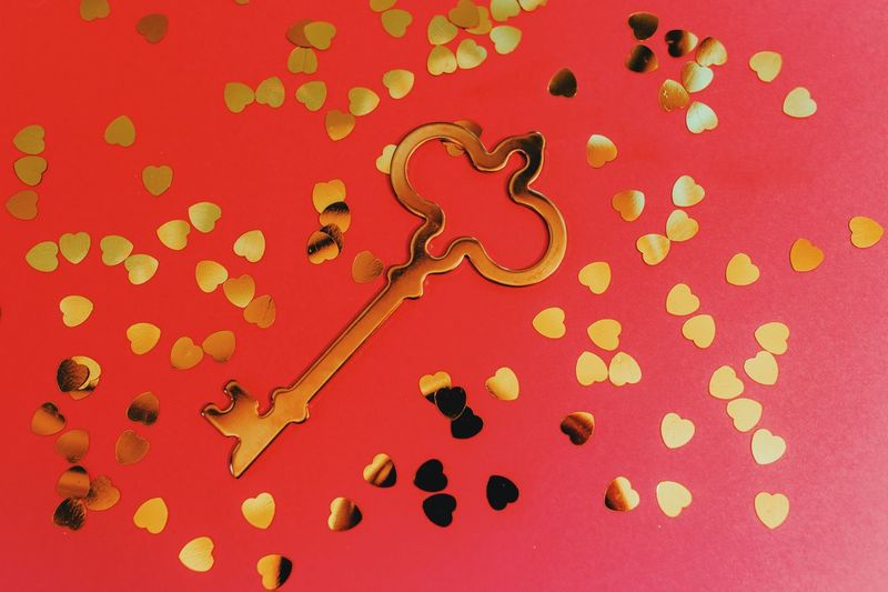 Aesthetics Golden Heart Golden Love Schlüssel Zum Herz Bold Colors Valentine's Day  Key To Happiness Key To Your Heart Key To Success Key To My Heart Red Colored Background Pattern Indoors  No People Art And Craft Still Life Celebration Close-up Creativity Design Multi Colored Red Background Studio Shot Shape High Angle View