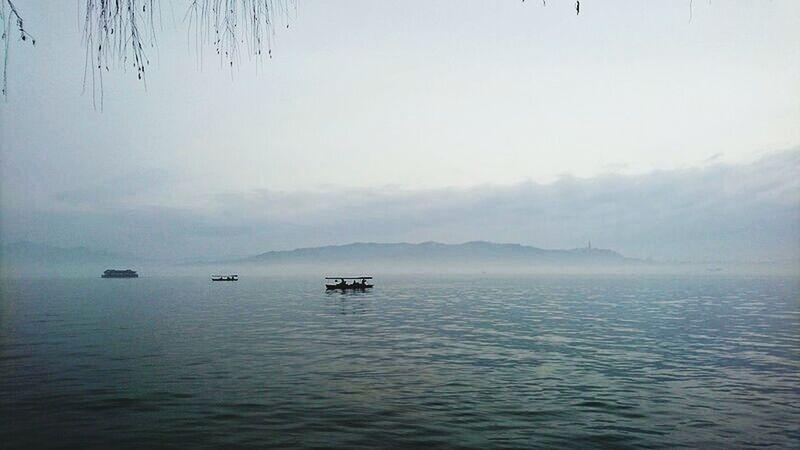 西湖 Relaxing Boat China Lake Enjoying Life Relaxing Traveling Travel Photography XiHu 倒影 Hanging Out Outdoors Showcase April