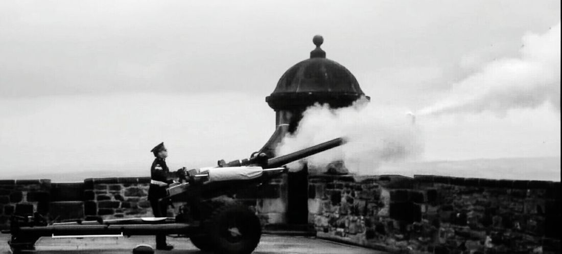 Cannon Caught In Action at the Edinburgh Castle Shades Of Grey Travel The cannon is fired at 1 everyday except sunday as a time signal for ships. (Established in the year 1861)