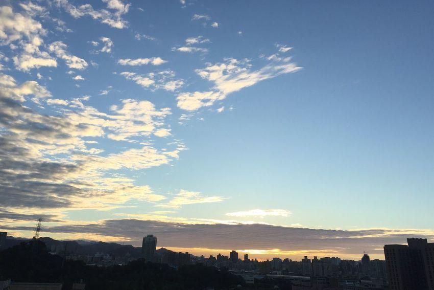 君の名前は 君の名前は Sunset Sky City Cloud - Sky Nature Day EyeEm Best Shots 終於結束的起點 OpenEdit 毎日の夕日 City Life Sunset And Clouds  毎日仕事終わり前に IPhone Photos 後腦勺的夕陽 EyeEm Selects