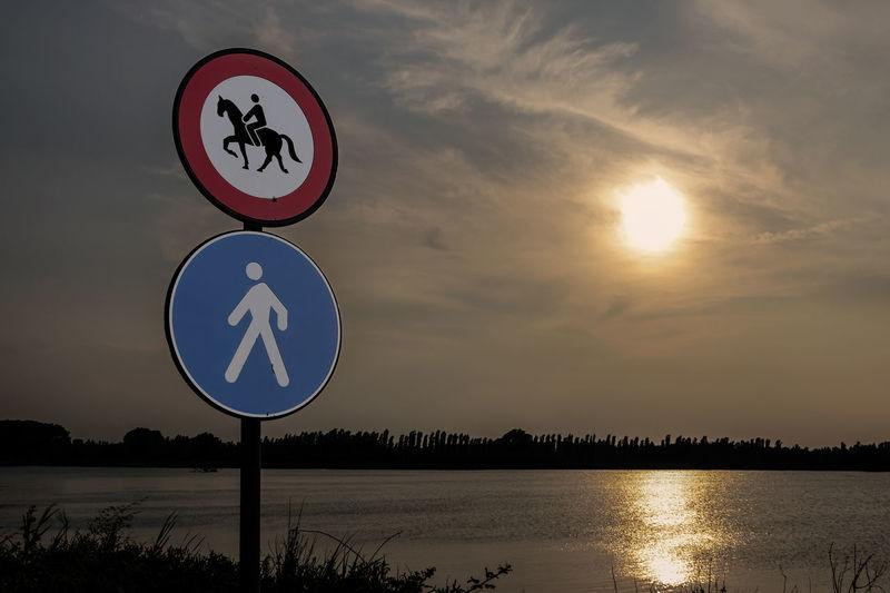 Cartello Cartellostradale Cloud Direction Fiume Outdoors Pedonale Pedoni Segnale Segnaletica Sign Silhouette Sky Symbol Tramonto Adige River