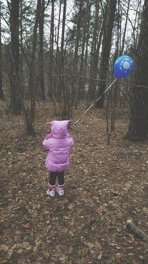 Do you also go to the forest with a balloon? Crucial forest survival equipment. 😅 Endless Love My Love My Daughter Baby Girl Forest Spring Balloon Childhood Nature