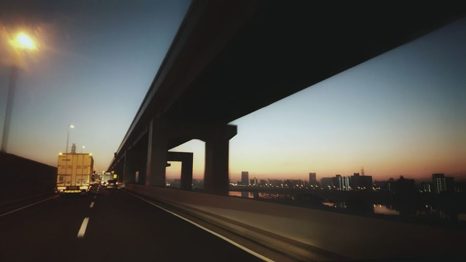 Daybreak Dawn Of A New Day Daylight Highways Tokyo Highway Vanishing Point Hello World The Way Forward Driving Around From My Point Of View Capture The Moment From Car Window Dawn Sky Sky And Road Silhouette Reflection 夜明け 首都高速 朝の空 朝の風景