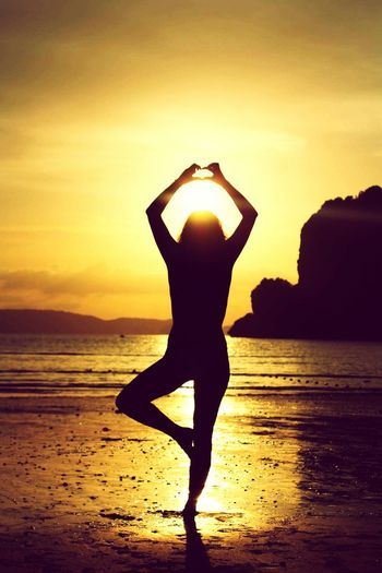 Sunset Lovely Moments Inspire And Be Inspired✨ Goodvibes Traveling Beach Thai People Asiatrip Silhuetas Friends Golden Moment Summer Golden Holidays Girl Silhouette Full Heart Girl Throwback