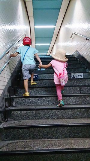 兄妹 兄 妹 駅 階段 Siblings Brother Sister Girl Boy Station Stairs 手 Hands Japanese  Couple なかよし Steps きょうだい Live For The Story The Week On EyeEm This Is Family