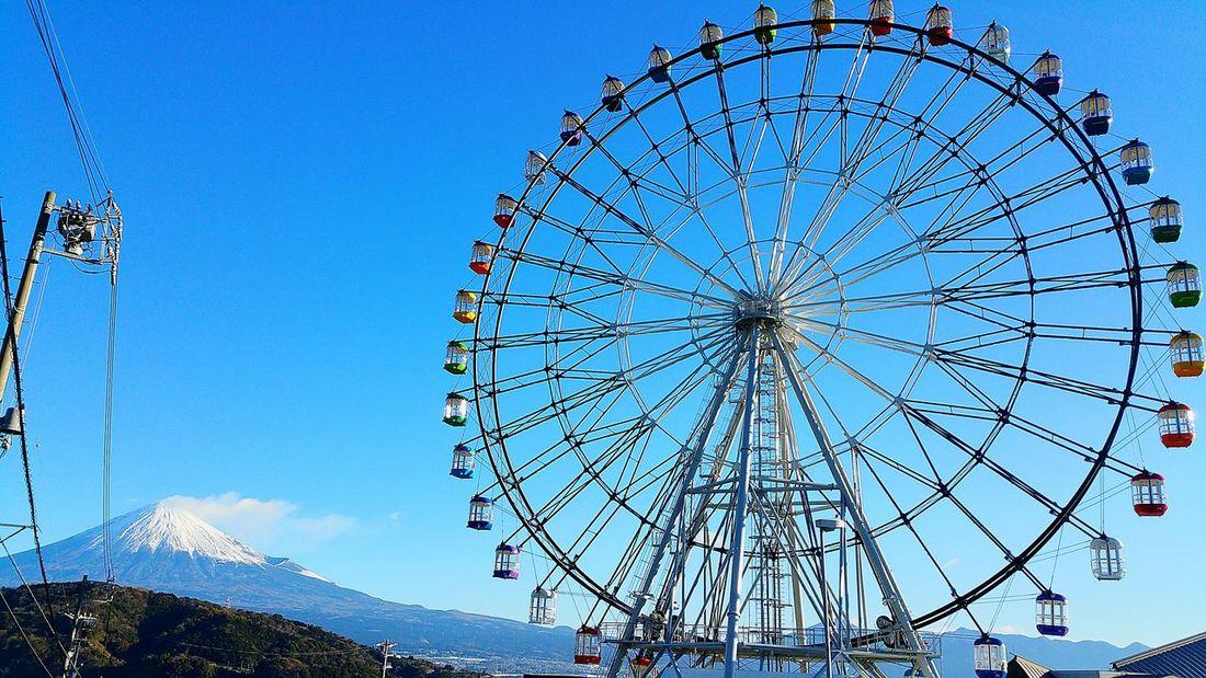 おはようございます。今朝8時頃の富士山と富士川観覧車です。いよいよ現場事務所を撤去が始まるのでしょう。観覧車の足元を整地しオープンに向けての準備が始まります。昨日よりは少し暖かめの1日になるのかな。 富士川楽座 富士川SA 青空 Blue Sky Good Morning Hello World Mt.Fuji 富士山