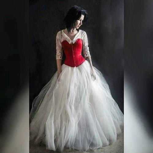 свадебное_платье снова не дает мне покоя😁 Princess Princessfashion Dress Princessdress Whitedress Corset Redcorset Whiteandred Brunnette Fairydress Longdress Fairytale  Weddingdress платье бальноеплатье корсет свадебноеплатье скучно принцесса Follow4follow Likes Like4like