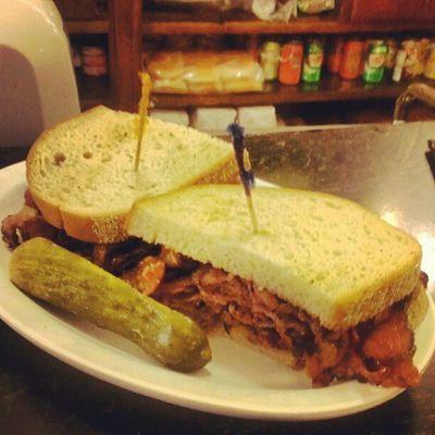 旅行に行く前にかなり下調べした食のなかで結局コレが一番うまかった。Eisenberg's Sandwich Shopのパストラミサンド。Newyork Sandwitch
