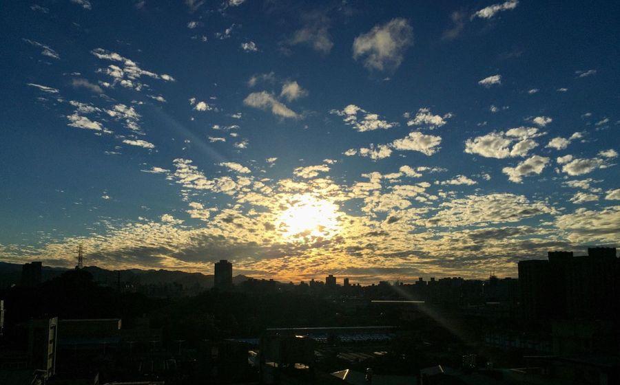 この雰囲気と映画の「君の名は。」ちょっと見たい 。 EyeEm Best Shots - Nature 後腦勺的夕陽 Beauty In Nature Sunset Moment IPhone Photos EyeEm Best Shots Taking Photos Sky City Urban Lifestyle Cloud - Sky Sunset And Clouds  Everyday OpenEdit Taiwan Beautiful View 終於結束的起點 毎日の夕日 毎日仕事終わり前に The view look like JP movie 「kimi no mamae wa。」:)
