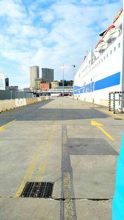 En el porto de Genova esperando de entrar al barco 🚢🚢🚢.... Tirrenia Tirrenia Navi Genova Porto Nuvole Cieloblu Bestpic