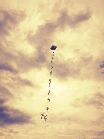 climbing into the sky Sky Art Balloons Peace Moments Capture The Moment