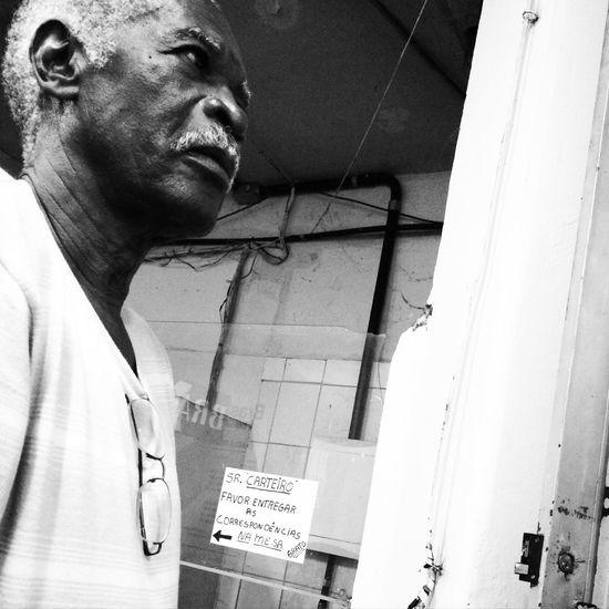 Seu Antonio Carlos, todo trabalhado no galanteio, terminou a conversa me zoando porque o Atletico Mineiro fez 4 no Corinthians. Foram 35 anos dirigindo caminhão de lixo e agora ganha a vida vendo o mundo passar na porta da empresa que empresta dinheiro fiando um fígado. HiFiPhotographia HifiFernandaCoronado Blackandwhitephotography Blackandwhite Blancoynegro Pretoebranco Noiretblanc StreetGente