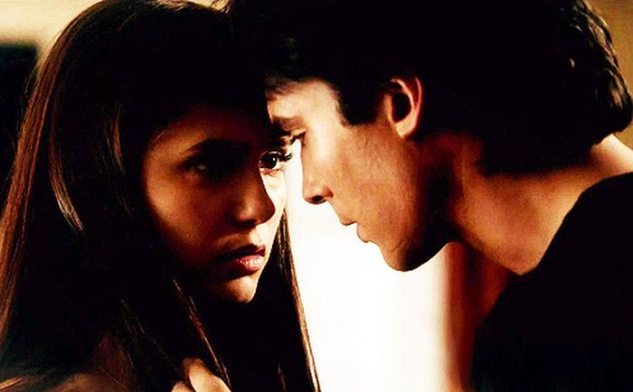 Damon:Volevo scusarmi con te. Elena: Bene. Damon: Fammi finire. Ho detto che volevo scusarmi, ma poi ho capito, ma poi ho capito che non mi dispiace. Elena:Preferiresti morire piuttosto che essere umano e ti aspetti che mi stia bene? Damon: Non ho detto che dovevi essere d'accordo, ho detto solo che non mi dispiace, ma sai cosa sono io realmente? Sono un egoista. Perchè faccio delle scelte pessime che ti feriscono. Certo, preferirei morire che essere umano. Preferirei morire adesso, che trascorrere una manciata di anni con te, solo per poi perderti quando sarò vecchio e malato mentre tu sarai ancora così. Preferirei morire adesso, che trascorrere i miei ultimi anni di vita a ricordarmi di quanto fossi felice e di quanto bene me la passassi, perchè io sono fatto così. E non cambierò. E non esiste scusa al mondo che racchiuda tutti i motivi per cui non sono quello giusto per te. Elena: Va bene. Allora non dispiace neanche a me. Non mi dispiace di averti incontrato. E neanche che l'averti conosciuto mi abbia fatto mettere in dubbio ogni cosa e che nel mio stato di morte, tu sei quello che mi fa sentire più viva. Tu sei stato una persona terribile, hai fatto le scelte più sbagliate e fra tutte le scelte che ho fatto io, questa alla fine sarà la peggiore, ma non mi dispiace di essermi innamorata di te