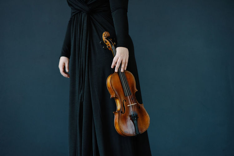 Violin Music Artist Arts Culture And Entertainment Bow - Musical Equipment Hand Holding Human Body Part Human Hand Midsection Music Musical Equipment Musical Instrument Musical Instrument String Musician One Person Real People String String Instrument Violin Violinist