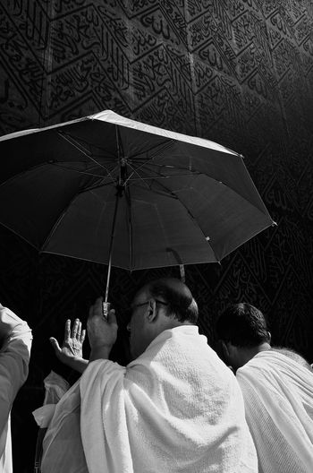 The thouch that worth the efforts. Streetphotography Streetphoto_bw Islam Makkah