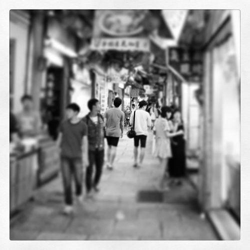 旅途 浪人 其實不過是在找尋歸屬感 找尋過去淺層記憶中的熟悉 隻身閒逛的九份老街 沒有熟悉的聲音 只有濃重的大陸口音 輕便的穿著 四處張望的雙眼 在找尋些什麼? 一個人的我 說著臺灣話的我 變得好突兀 忽然一個畫面讓我感動了 你們看到了那個畫面了嗎? 不管年紀有多大了 不管路程有多顛簸 老街有多長 人潮有多麼 多... 總會有一雙手 不管握了多少個10年的那雙手 還是一樣 傳達著彼此的溫暖 九份老街 有人跟我一樣期待前面的男孩牽手嗎