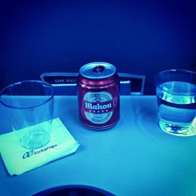 Ok, I can't complain! @AirEuropa is serving Mahou. That's all I need! 😉 Like! Flyingmad AirEuropa Fernprost 🍻