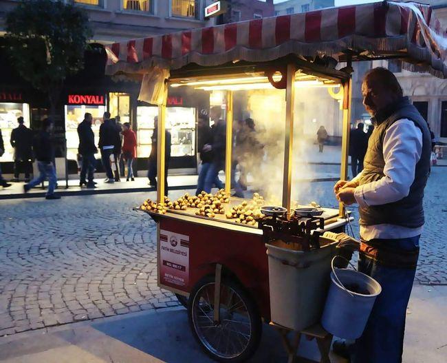 Streetphotography Colorstreetphotography Streetfood StreetFoods Kestane Kestaneci Kestanekebap Food Foodphotography Istanbul Turkey Istanbuldayasam Istanbullovers Streetsofistanbul Sirkeci LikeforlikeTravel Photography Travelling Walking Around