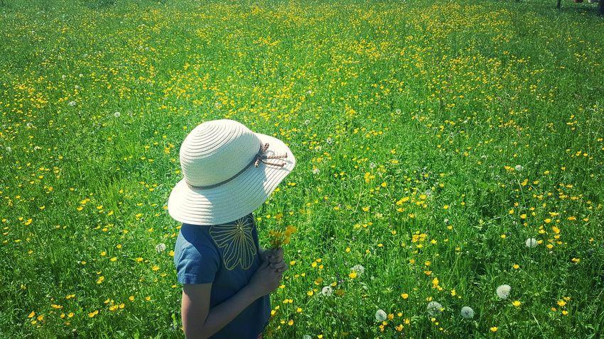 flowers ❤ Photography Kids Enjoy Moments Hello World Nature Spazieren Und Fotografieren Enjoying Nature Happy Wiese  Blumen Strauss Dorfkind Wunderschön