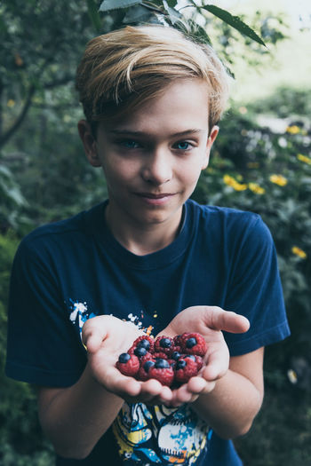 Front View Berry Fruit Portrait Holding Fruit One Person Food And Drink Food Day Healthy Eating Childhood Casual Clothing Real People Focus On Foreground Looking At Camera Child Boys Outdoors Hands Cupped Innocence Teenager Brassberry EyeEm Best Shots Colorful Rasberries