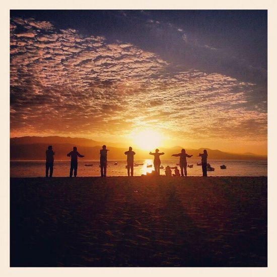 Nunca he practicado yoga en mi vida, pero tiene que ser una sensación de armonía plena el practicarlo en nuestra preciosa playa de Las Canteras en pleno atardecer... Yoga LaPuntilla Lascanteras LasPalmas LasPalmasDeGranCanaria LPGC GranCanaria Canarias CanariasViva IslasCanarias CanaryIslands LoveCanarias CanaryWinter Relax Enjoy Sunset Atardecer Playa Beach Igers IgersLpa IgersLasPalmas PicOfTheDay PhotoOfTheDay FotoDelDía