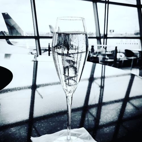 Starting off the week of love with @gloriaferrerwinery bubbly #SANtoJFK 🙋🏻‍♂️🥂🌴✈️🇺🇸🕉 Edited with: @carbonblackandwhite #love #adorable #badass #grateful #forever #photooftheday #happy #instagood #instalove #carbonblackandwhite #smile #xoxo Rosesareredvioletsarebluemymiddlefingerpointsatu No People Close-up Reflection Drink Drinking Glass Day Wineglass