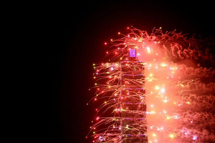 Happy New Year 2016! Taiwan Taipei 101 Taking Photos Hello World Cheese! Fireworks Photooftheday Amazing_captures Eye4photography  EyeEmBestPics EyeEm Gallery Eyeemphotography EyeEm Taiwan Xhinmania Vscocam Sky Newyeararoundtheworld
