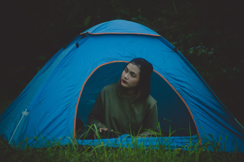 We make a tent before night come and she come in the tent to take a rest tonight