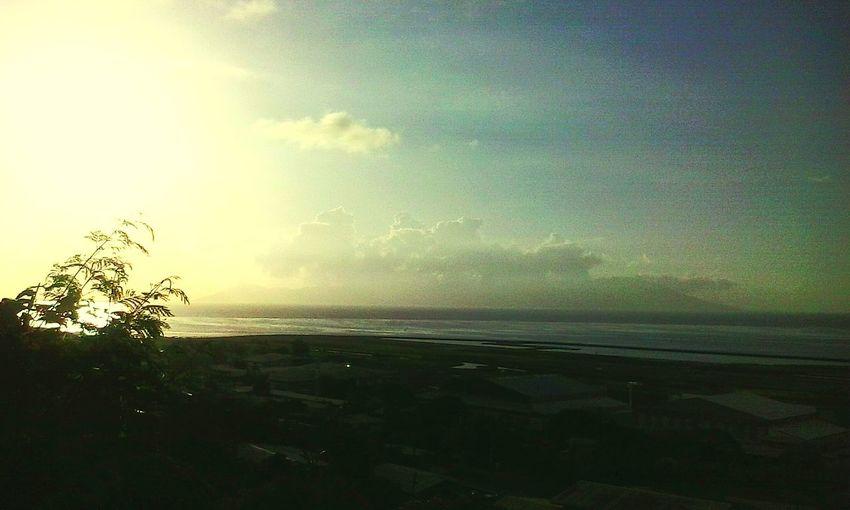 Couché de soleil sur l'île soeur Moorea.