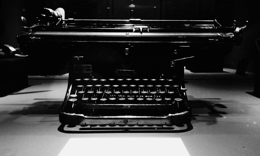 Typewriter Oldtypewriter Antique Oldthings Blackandwhite Photography B&w Photography B&W Collection Monochrome _ Collection Bnw_friday_eyeemchallenge Ligth And Shadow