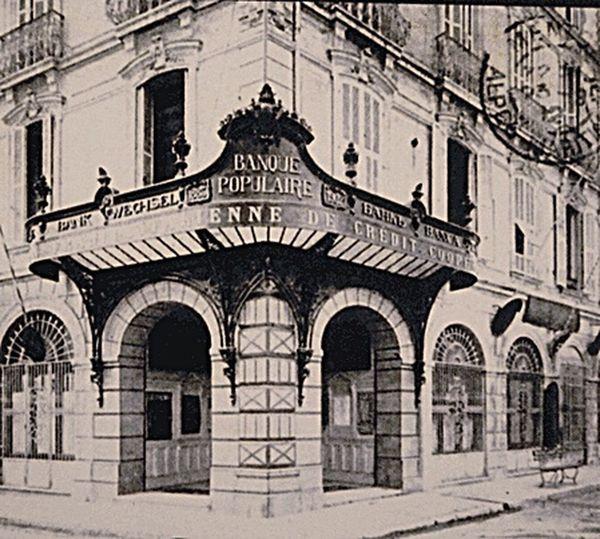 Menton 1910. Place Saint-Roch. Banque populaire. Une pharmacie de nos jours. Menton 1910 Place Saint Roch Banque Populaire Vieux Menton