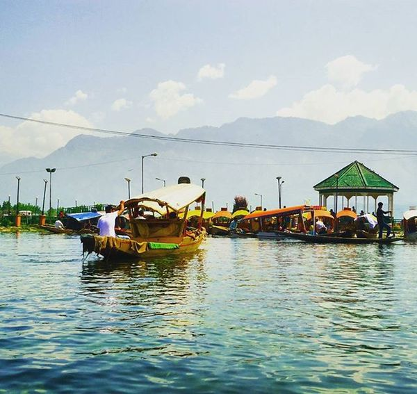 On his way to buy vegetables from the Amazing floating vegetables market! Dallake Floatingmarket Shikara Kashmir Throwbackthursday  Ageoldpicture