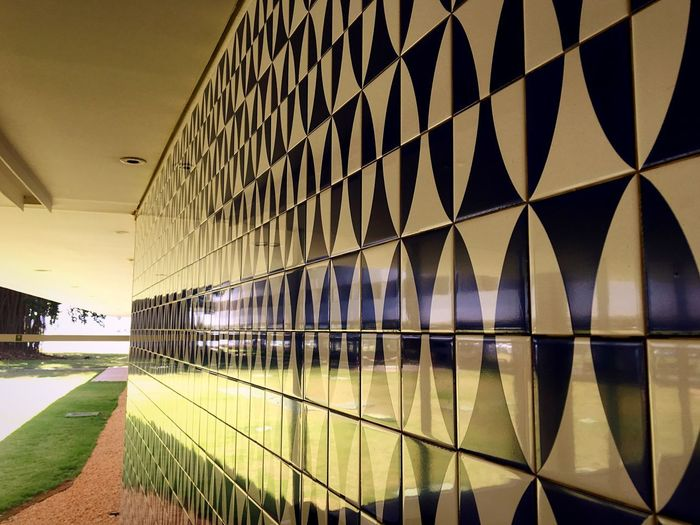 Simetria Lines&Design Linear Lines And Shapes Modernismo Hotel Brasilia Palace Hotel Brasília Oscar Niemeyer Reflex EyeEmNewHere Geometric Shape Simetria Athos Bulcão Tiled Wall Architecture Built Structure No People Indoors  Day Reflection Pattern Modern Building Tile