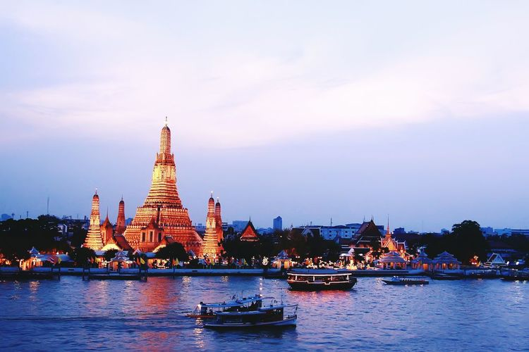 Thai Thai ... Travel Destinations Cityscape Travel Outdoors No People History Cultures Sunset Thailandtravel Temple River View ThaiTemple Bangkoklandmark City View  Cityscapes_collection Bangkok Sky BangkokThailand Temple In Thailand Riverscape Riverside View Boats And Water Boat Thailand Trip Temple Architecture Temple Building EyeEmNewHere