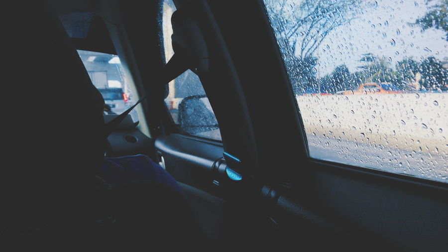 Inside the car, going to eat dinner with family. Throwback last Sunday. Mood Of The Day Rainy Days Rainy Outside The Window Showcase March Minimalism Inside The Car Getting Inspired Urban Photography Dramatic Lighting Cold Tone Moody On The Road Telling Stories Differently The Photojournalist - 2016 EyeEm Awards TakeoverContrast