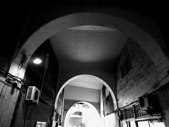 Eye4photography  Architecture Staion Railroad Station Getting Inspired Bnw Blackandwhite Black And White City Built Structure Archway Cityscapes Streetphotography Light And Shadow Taking Photos Monochrome Silhouette Arched Monochrome Photography No People Yokohama XPERIA