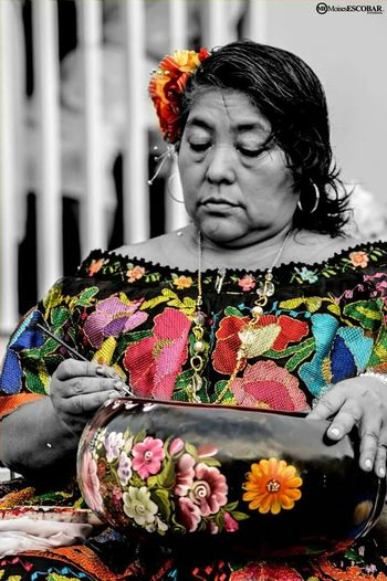 El mundo esta lleno de pequeñas alegrias; El arte consiste en saber distiguirlas. Streetphotography Blackandwhite People Watching Change Your Perspective Traveling Art Flowers Hello World