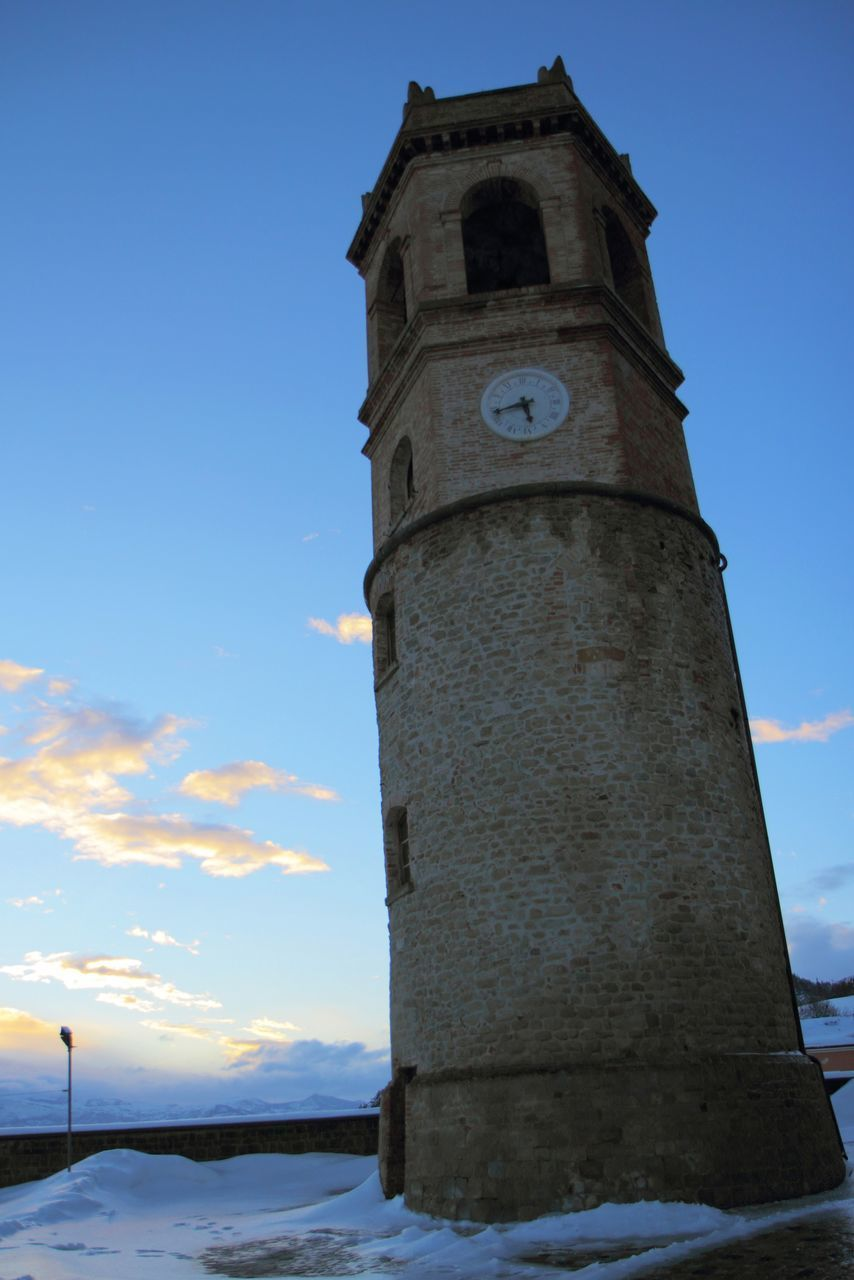 LOW ANGLE VIEW OF CLOCK TOWER OF BUILDING AGAINST SKY