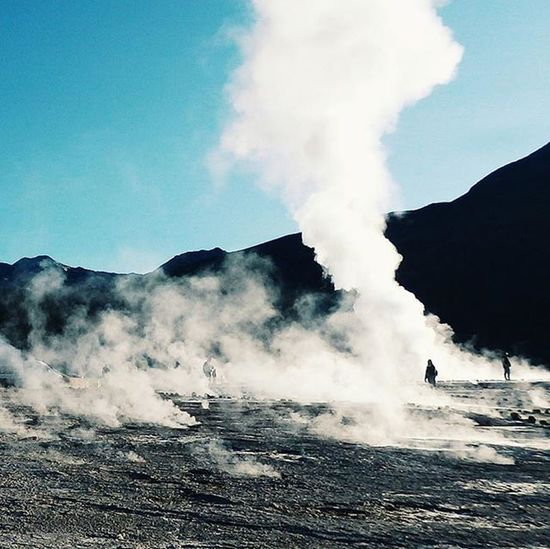 On my second trip in the Atacama desert I went to see the El Tatio Geysers in 4300m. It was 6 am in the morning, 2 degrees. This field of geysers is the highest in the world. Geysers Morning Travel Travelstroke Discoversouthamerica Instamood Smoke Mountain Andes Chile Atacama VSCO Vscocam