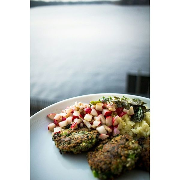 Lunch in the homeoffice. One of my favourite dishes - now completely vegan. Broccoli -rissole Radish -salad Mash