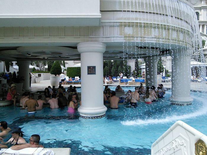 table de jeux dans la piscine du cesar palace