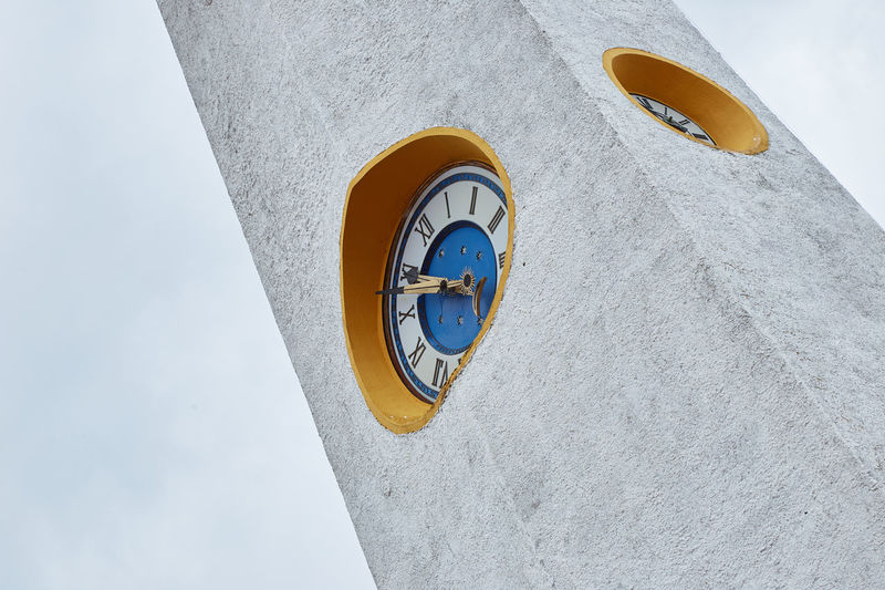Horas de la luna, minutos del sol y fondo estrellado Architecture Built Structure No People Geometric Shape Shape Building Exterior Wall - Building Feature White Color Building Clock Clock Tower Time